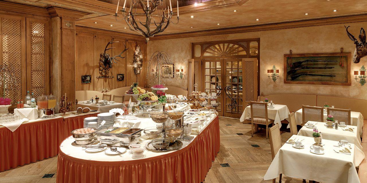 Frühstücksraum im Hotel Excelsior mit reichhaltigem Budget und bayrischer Einrichtung.