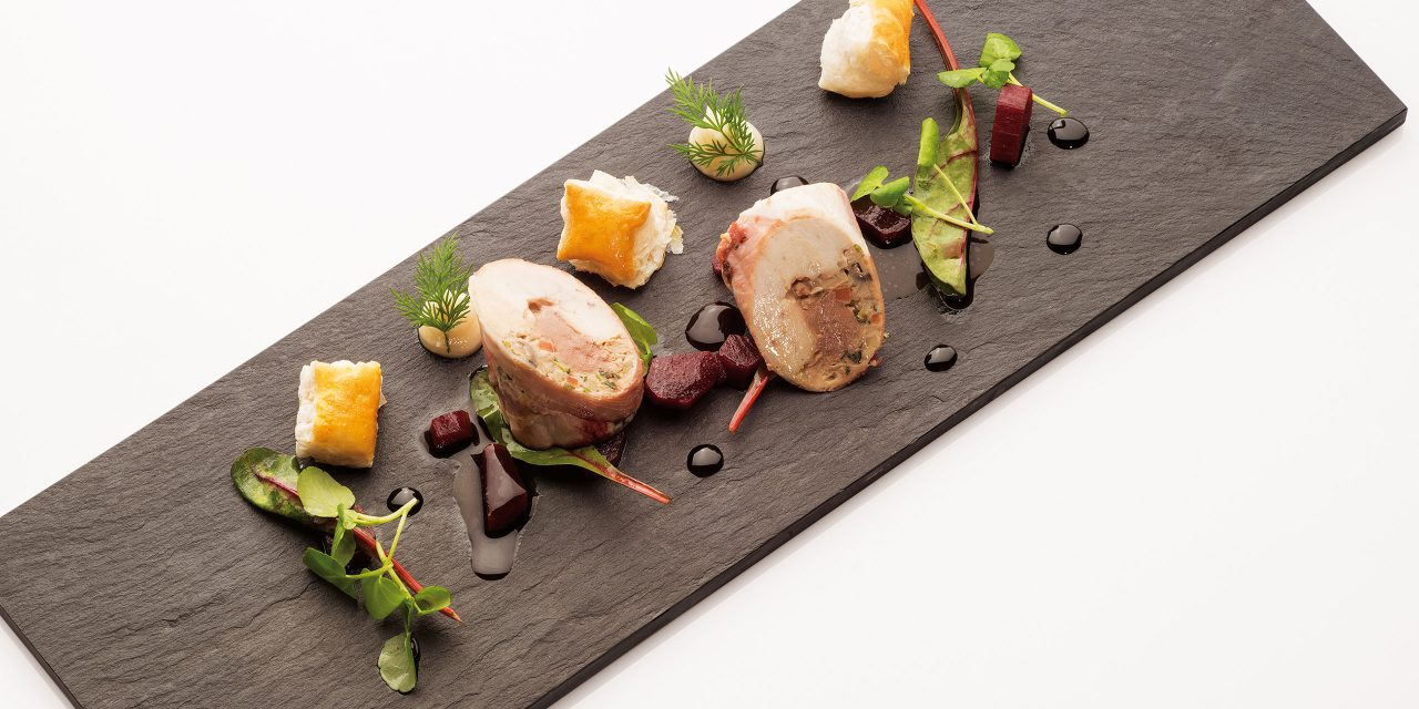 Slate plate with artfully decorated delicacies in the Geisel Vinothek in Munich.