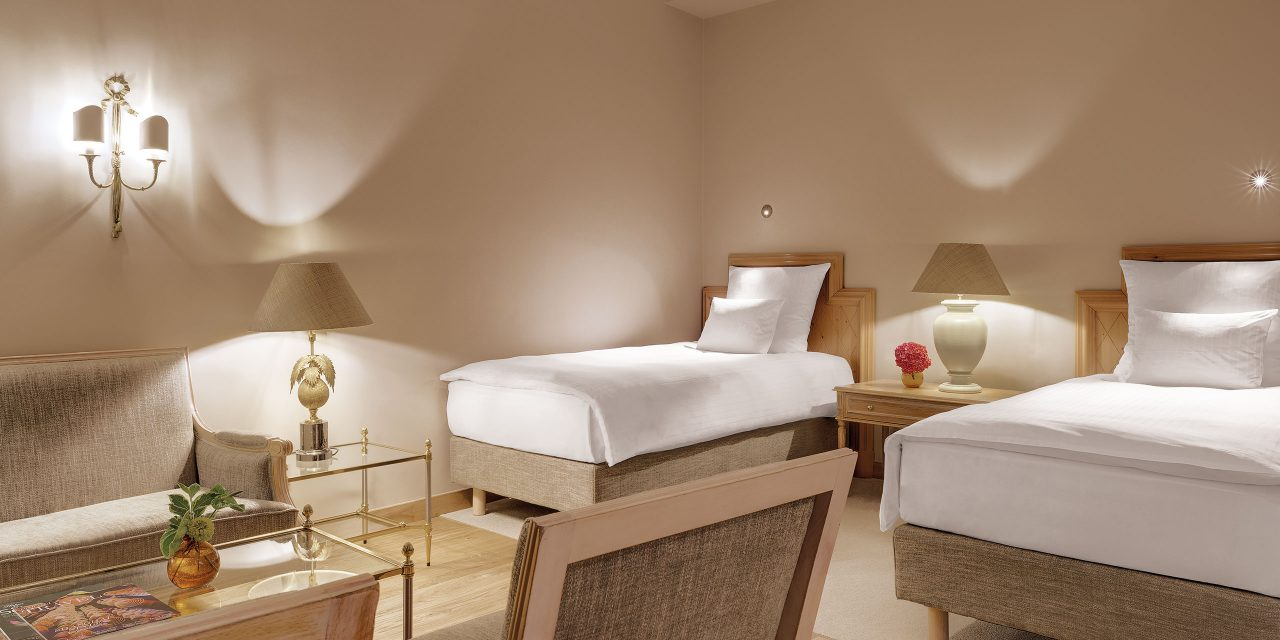 Room 9 in Hotel Excelsior with two separate single beds and comfortable seating.