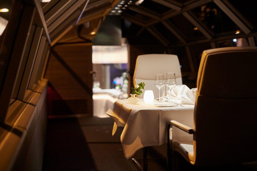 Privater Essensbereich im Zug Luxon des Geisel im romantischen Licht