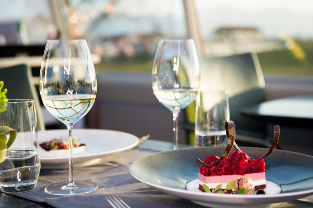 Früchtekuchen und Weißwein im Restaurant des Hotel Excelsior